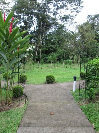 Arenal Volcano Inn: Path between cottages