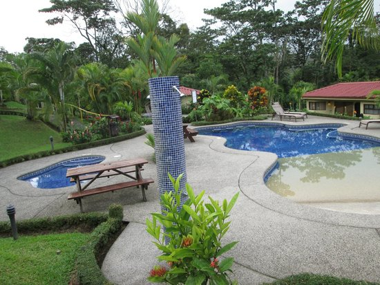 Arenal Volcano Inn: Pool and hot tub