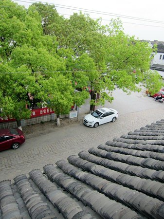 Yangguang Yizhan Hotel: View of street from the window (third floor)