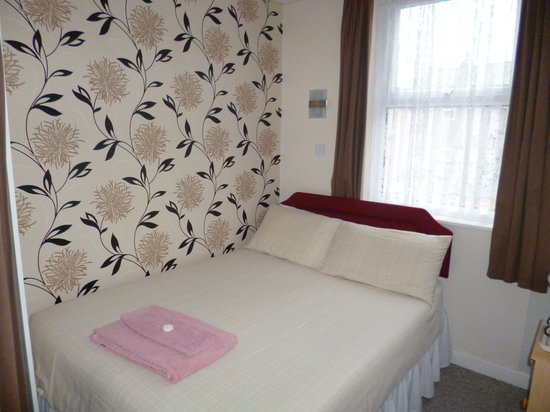 Roachvale: Small en-suite double room