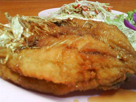 ร้านอาหาร ครัวริมเขื่อน: ปลากระพงทอดราดน้ำปลา