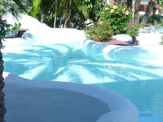 Hotel Jardin Tropical: A pool close to the bar area