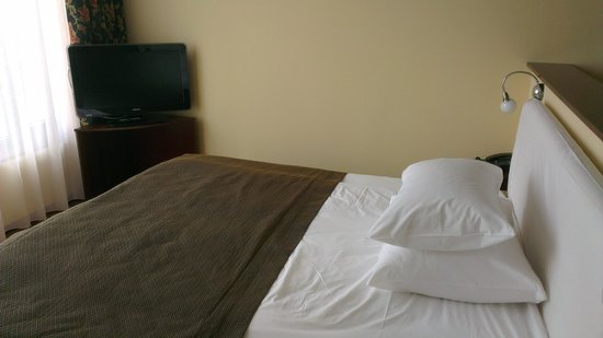 City Plaza Hotel: Large bed