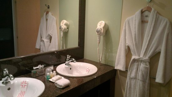 City Plaza Hotel: Vanity/sink area in bathroom