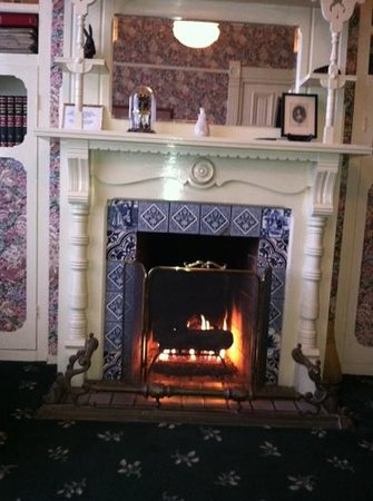 Green Gables Inn, A Four Sisters Inn: fireplace in the library