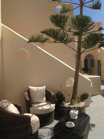 Evgenia Villas & Suites: espacio al aire libre frente a las habitaciones