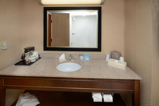 Hampton Inn Fayetteville Fort Bragg: Guest Bathroom