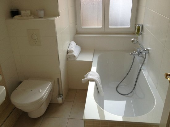 Hotel Villa d'Est: salle de bain avec baignoire