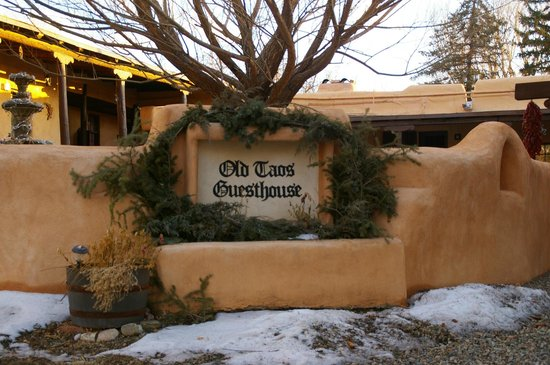 Old Taos Guesthouse B&B: Front grounds