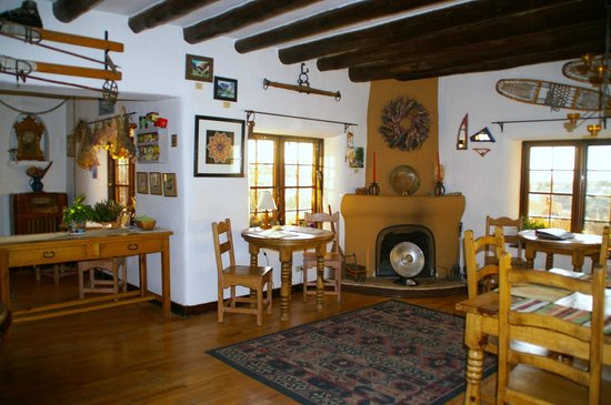 Old Taos Guesthouse B&B: Breakfast area