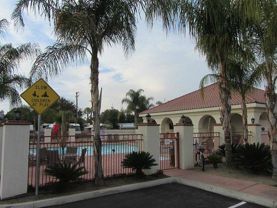 Bakersfield RV Resort: entrance to pools