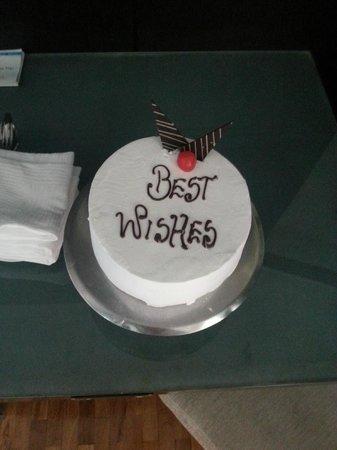 Ramada Resort Cochin: Honeymoon cake!
