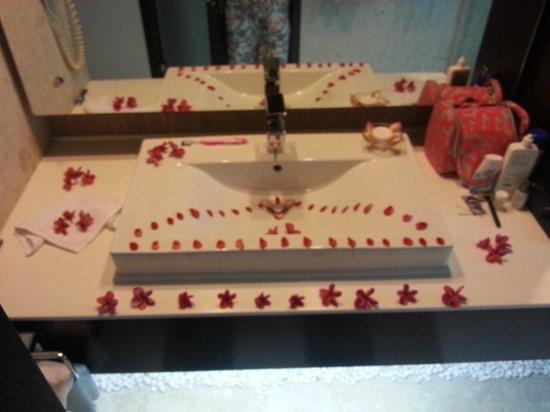 Ramada Resort Cochin: welcome bathroom