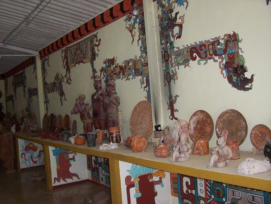 Posada el Jardin: Alrededores replicas mayas.