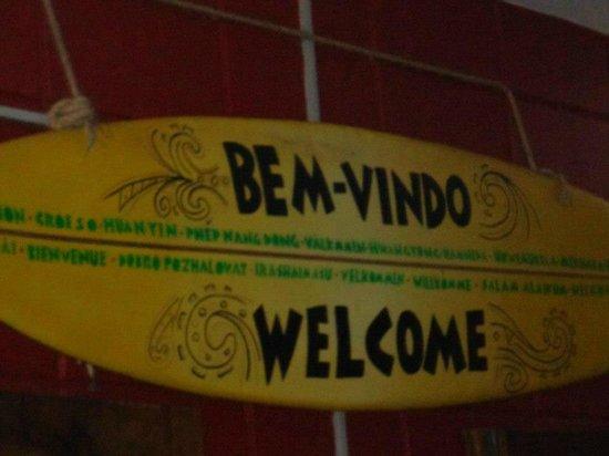 Pousada Tribo Ubatuba Hostel: Na entrada do hostel a placa de boas vindas original e descontraída