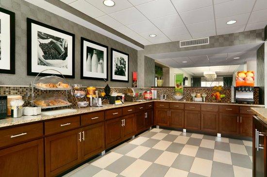 Hampton Inn Madison: Breakfast Area