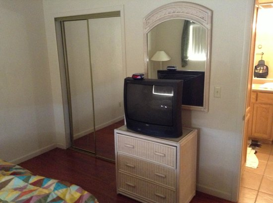 Hidden Palms Resort & Condominiums: Old school TV