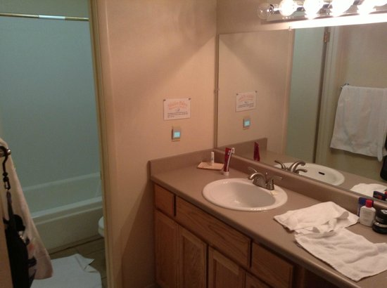 Hidden Palms Resort & Condominiums : Bathroom
