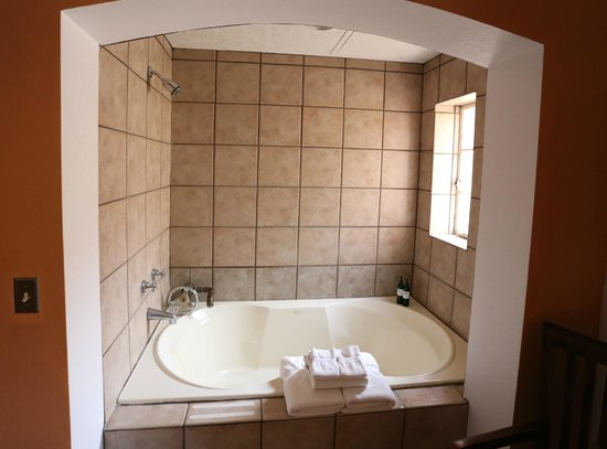 Sierra Grande Lodge & Spa: Bath tub in room