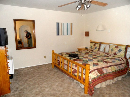 Desert Hills Bed and Breakfast: Red Rocks room