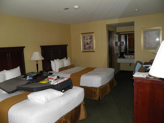 BEST WESTERN PLUS Redondo Beach Inn: One (out of two) Quin beds