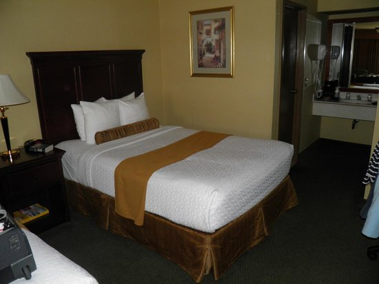 BEST WESTERN PLUS Redondo Beach Inn : One (out of two) Quin beds