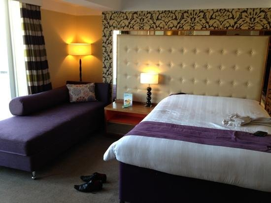 Premier Inn Bournemouth Central Hotel: Room 800, double with lounge sofa... and sea view!