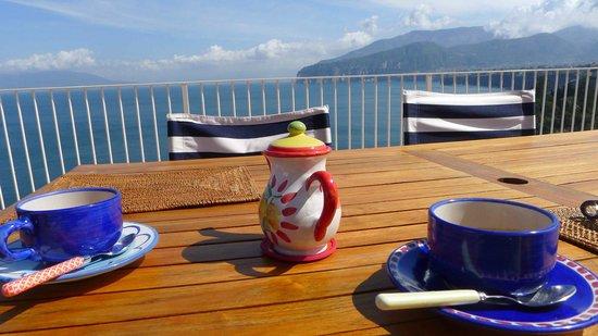 Maison La Minervetta: Breakfast overlooking Mount Vesuvius