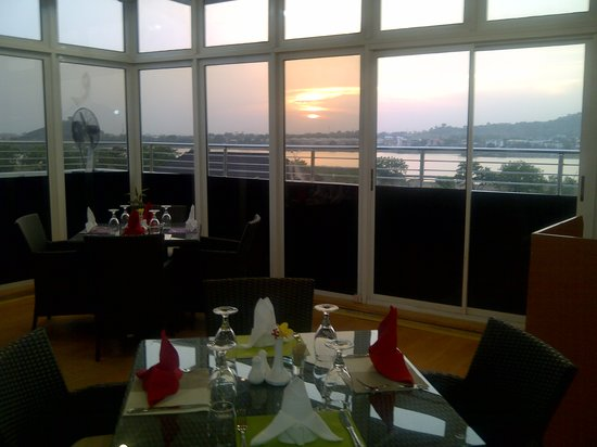 Serendib Restaurant & Bar: The view of the lake from the restaurant