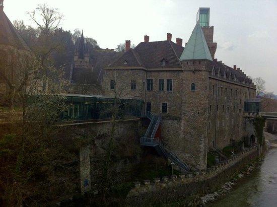 Schloss an der Eisenstrasse : Rothschild - Burg (leigt ggü)