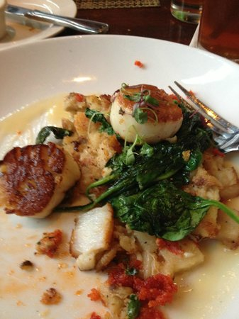 McCormick & Schmick's Seafood - Skokie: Scallops with crab potato hash and sauted spinach