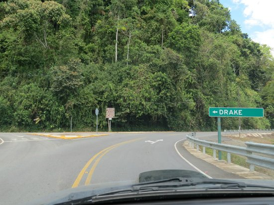 Casita Corcovado: Turn off on the road into Drake Bay