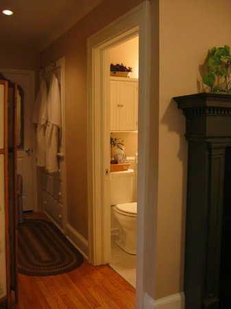 The Terrace Avenue Inn: The bath and dressing area of the Cottage Nook