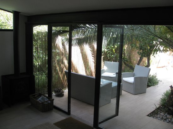 Casa Bougainvillea: View of the shady area from the living room of the garden suite