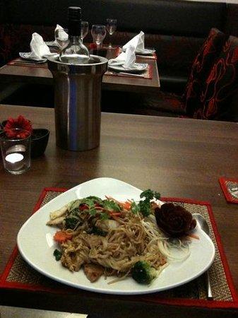 Saranya Thai Restaurant & Bar: yummy pork and egg noodles!