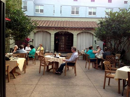 Twisted Vine Bistro: Their lovely outdoor courtyard