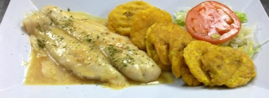Filete de Mero al Ajillo con Tostones y Ensalada
