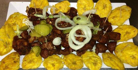 Carne Frita con Tostones Cebollas y Pepinillos