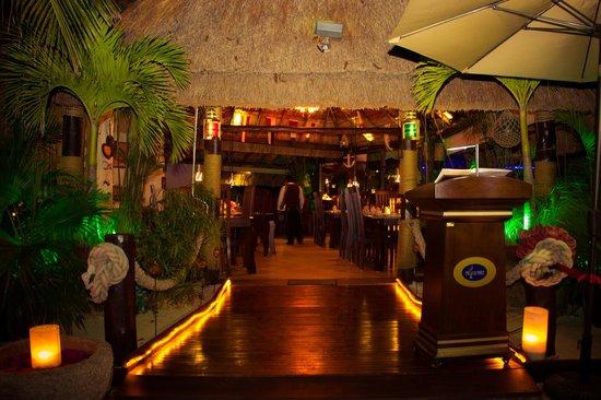 Pelican Point Restaurant & Bar: Evening entrance