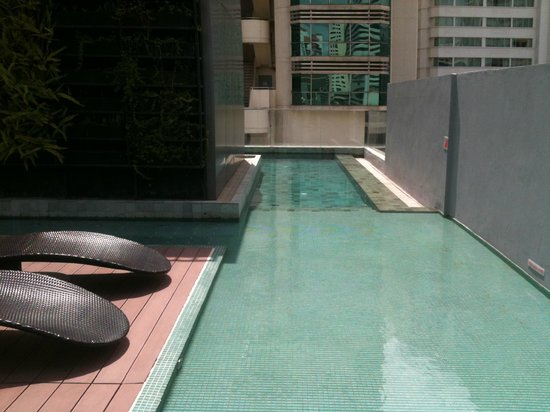 Citrus Sukhumvit 13 by Compass Hospitality: Wading into the rooftop lap pool