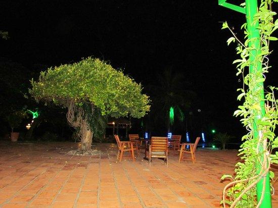Con Dao Resort: Outdoor dining area