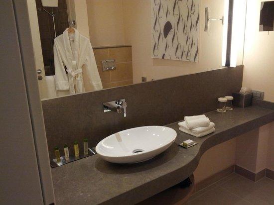 DoubleTree by Hilton Hotel Oradea: the bathroom