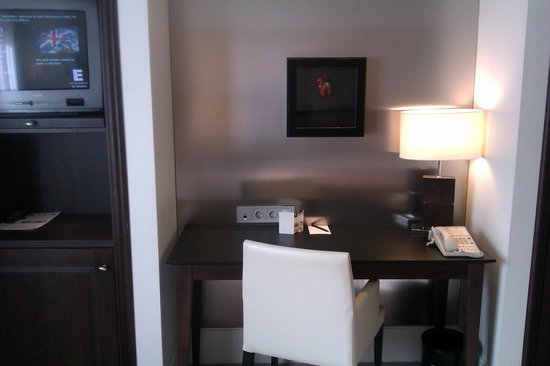 Elite Park Avenue Hotel: Desk and television in the room