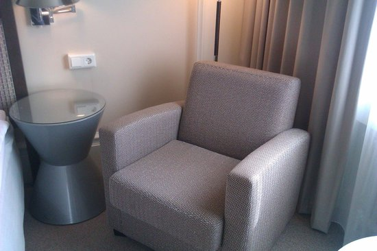 Elite Park Avenue Hotel : Plenty of space even a chair in the room.
