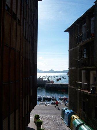 Pension La Sota : Vista desde el balconcillo al callejón y al puerto