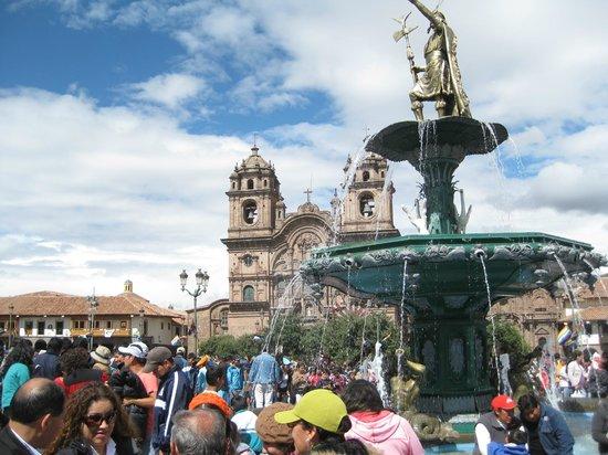 Mamma Cusco Hostel: la pileta y el Inca Pachacutec