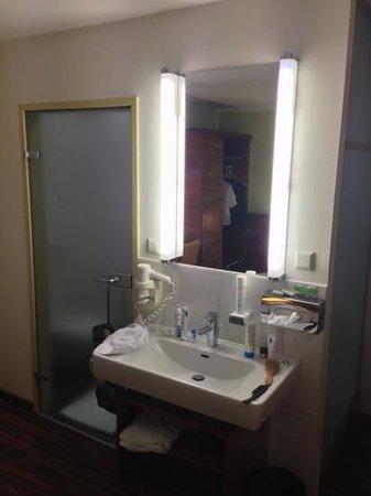 Hotel Jedermann: waschbecken im zimmer