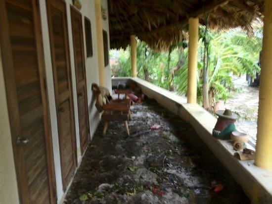 Hotel Maya Luna: bathroom porch