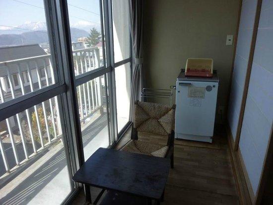 Shimaya Ryokan: enclosed patio and fridge