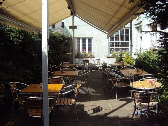 Charlie's Cafe Bar: All year round canopy, shade in summer, heating in winter!